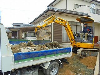 ショベルカーによるコンクリートや盛土の除去作業