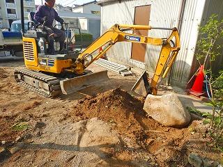 写真:庭石の移設作業
