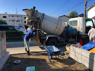 写真:コンクリートミキサー車から搬入