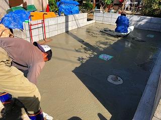 写真:生コンクリート打設作業